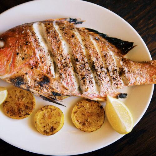Peixe vermelho assado no forno com batatas